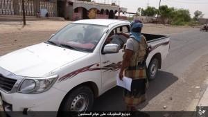 """بالصور..القاعدة في تقرير مصور توزع منشورات """"منهج الدولة الإسلامية"""" على الناس في عدن"""