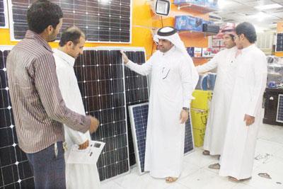 صحيفة أمريكية: موظفون سعوديون بدأوا بتركيب ألواح طاقة شمسية للحد من تكاليف فاتورة الكهرباء.