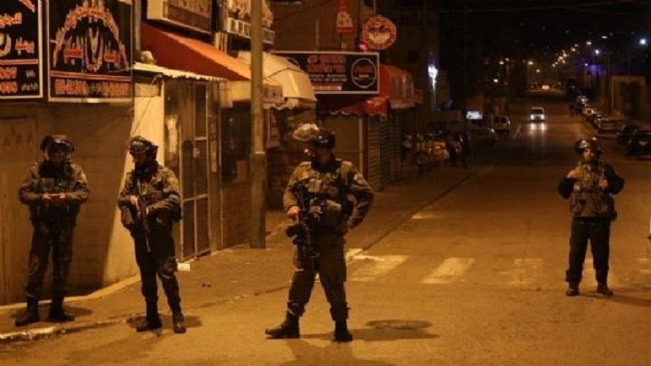 قوات الاحتلال تعتقل 7 شبان فلسطينيين من الضفة المحتلة.